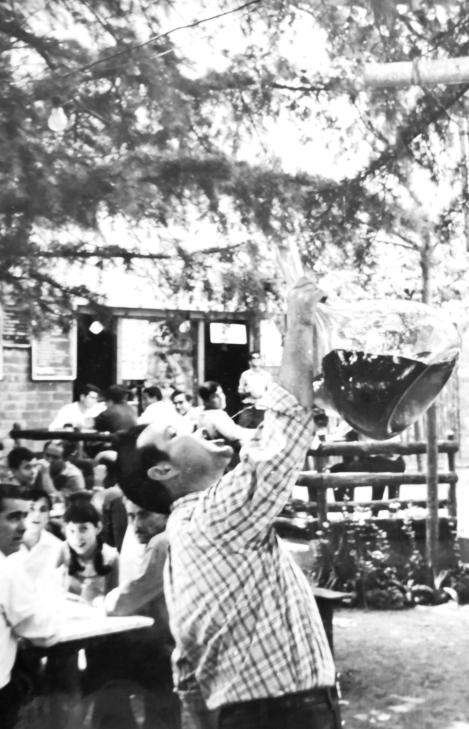 Salvador Clota bebiendo de porrón